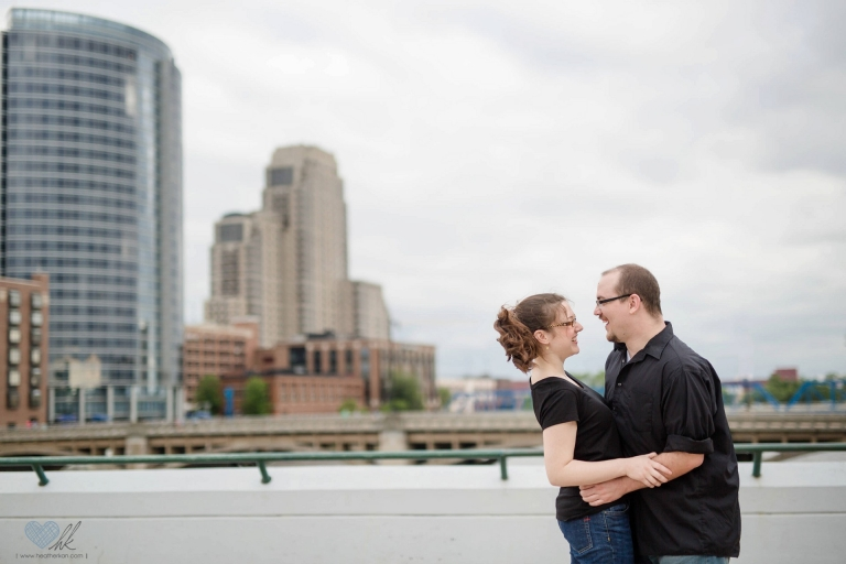 relaxed Grand Rapids engagement session at Ah-Nab-Awen park (17)